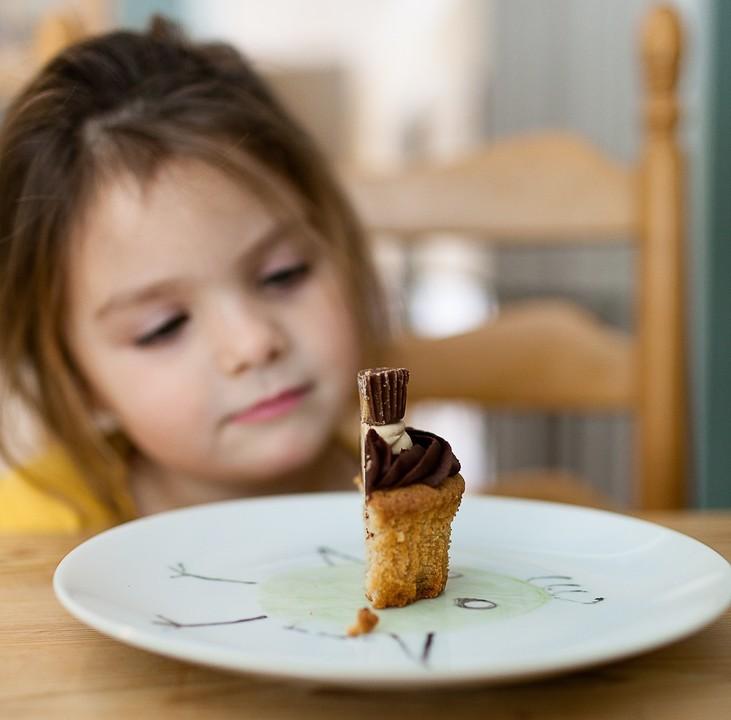 Kind Mädchen Essen Kuchen